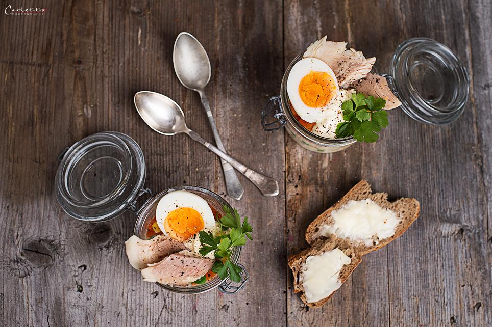 Gabelbissen im Glas mit Räucherforelle & Ei