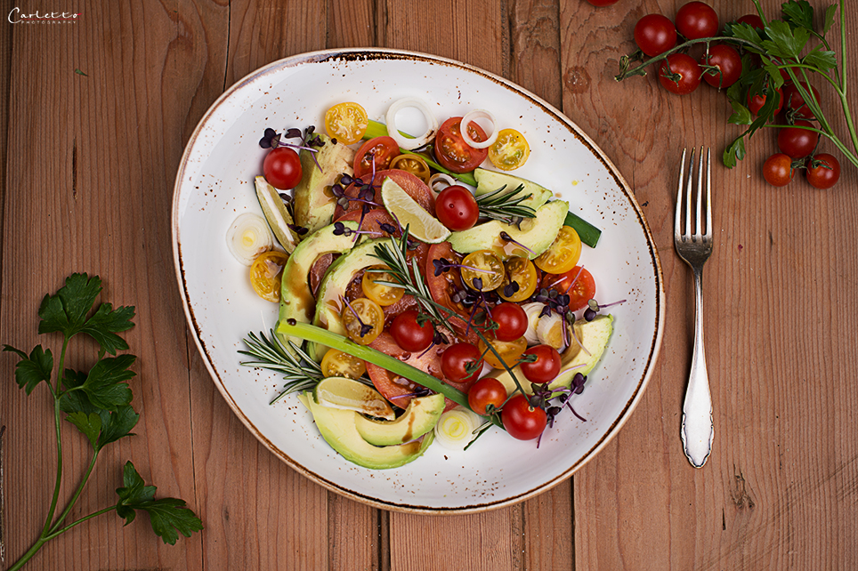 blitzrezept f r einen tomaten avocado basilikum salat. Black Bedroom Furniture Sets. Home Design Ideas
