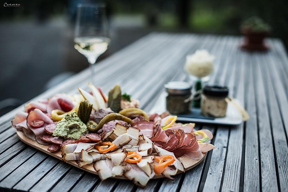 Jause mit Weinglas Heuriger