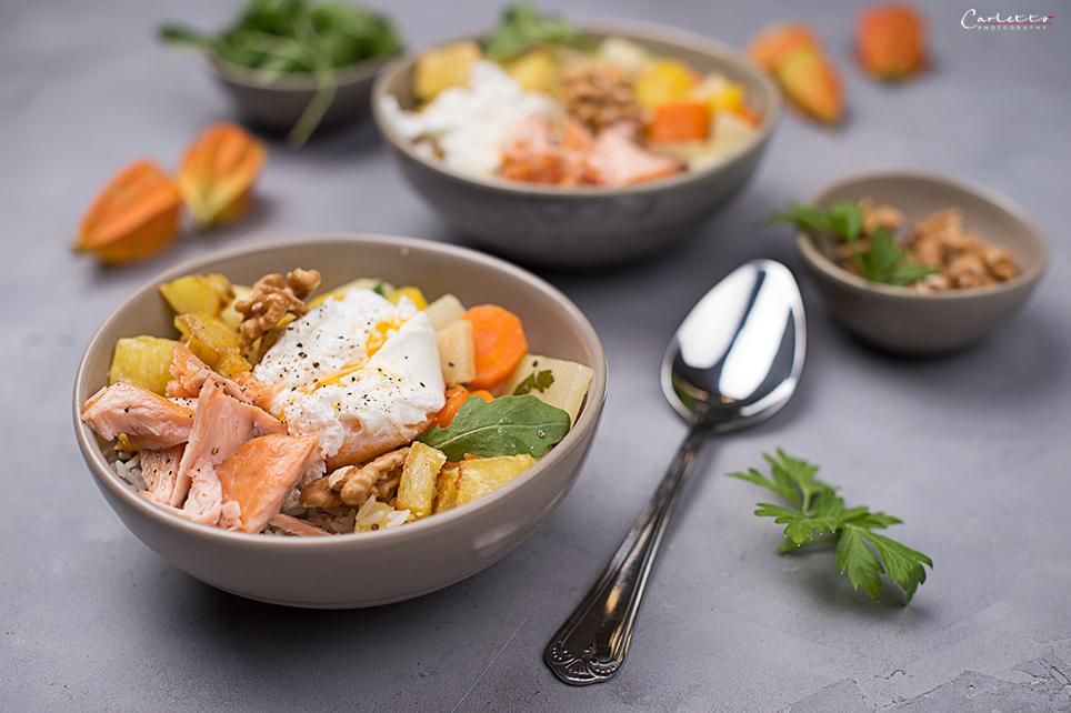Schüsseln mit Reis. Gemüse, Lachs und pochiertes Ei, Lachs Bowl