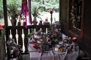 Herbsttisch in Violett mit Gesteck, Blumen, Kerzen, Obst, Nüssen, Kürbis, Kuchen, Herbstdekoration