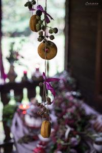 Donut aufgehängt mit Beeren, Herbstdekoration