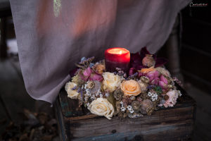 Blumenkranz mit Kerze in violett, Herbstdekoration
