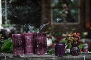 Rauch und Kerzen in violett, Herbstdekoration