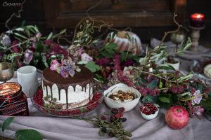 Tisch mit Torte, Kuchen, Keramik, Blumengirlande, Herbstdekoration