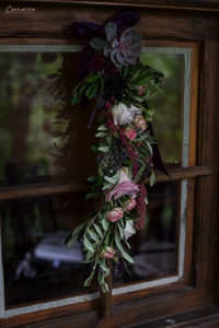 Blumengirlande violett auf Fenster, Herbstdekoration