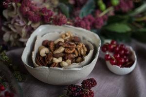 Keramik Schale mit Nüsse und Beeren, Herbstdekoration
