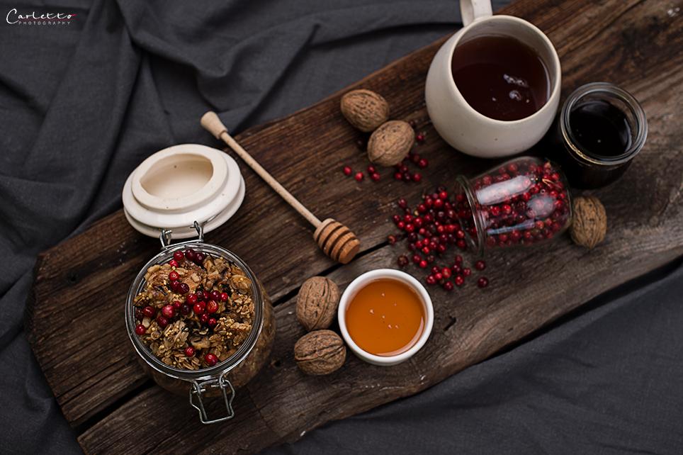 Chai Granola herbstlich dekoriert. Chai Granola in Glas mit Nüssen und Beeren. Herbstliches Chai Granola