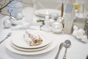 festlich gedeckter Weihnachtstisch