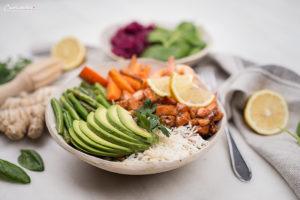 Hawaiianische Poke Bowl mit Lachs und Gemüse