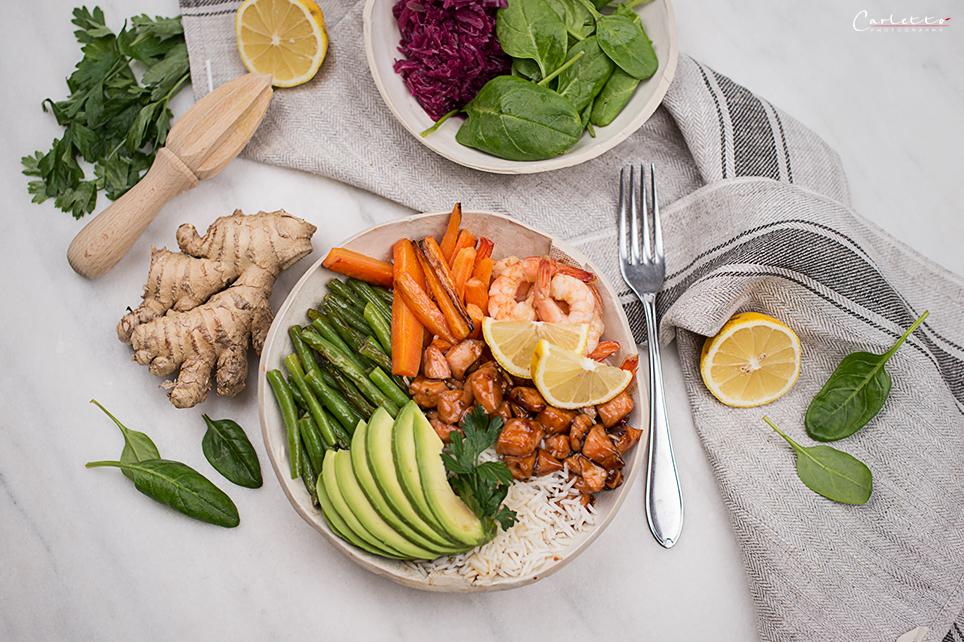 Hawaiianische Poke Bowl mit Lachs Shrimps und Gemüse