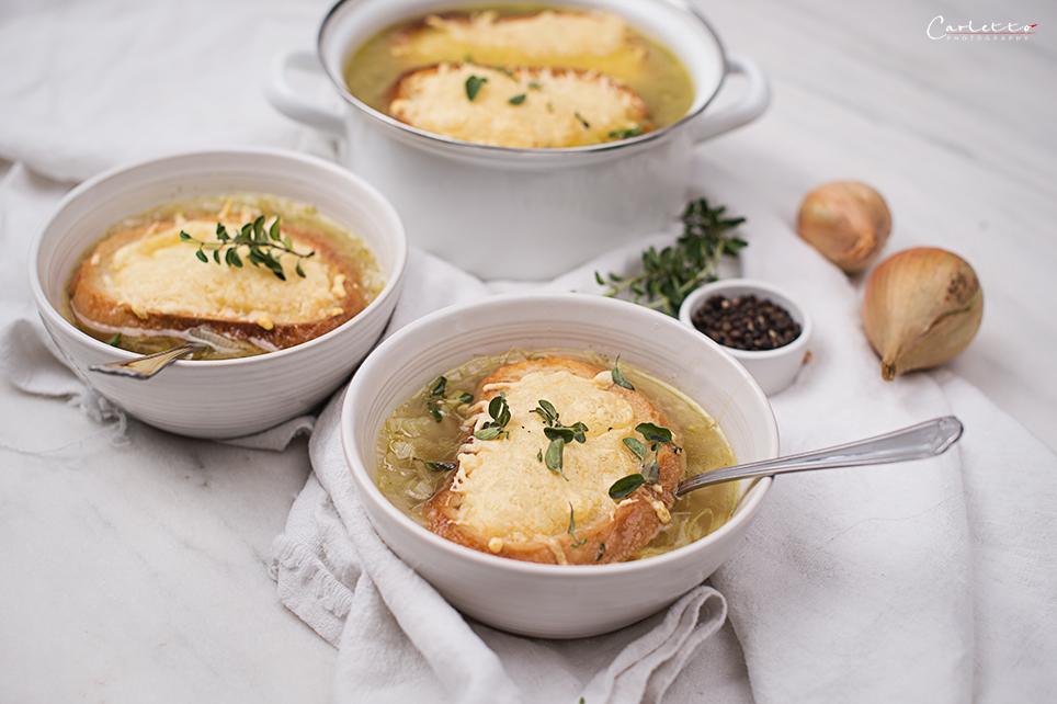 Zwiebelsuppe mit Prosecco und Käsecrostini
