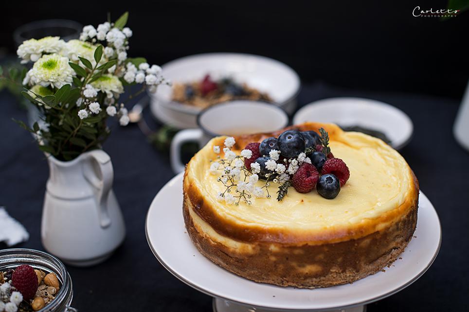 Low Carb Cheesecake mit Beeren und Blüten