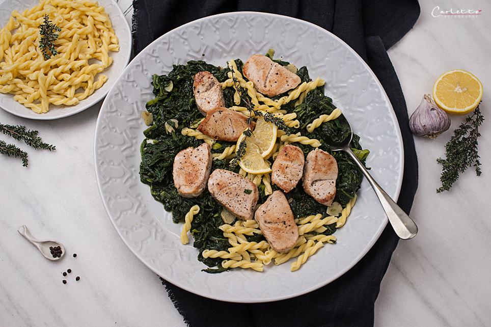 Putenfilets mit Pasta und Spinat
