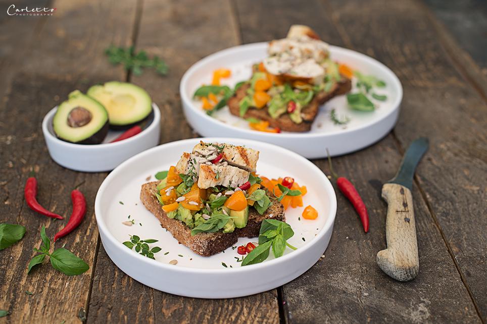 Balance Bruschetta mit gegrilltem Hendl & Tomaten-Avocado-Salsa