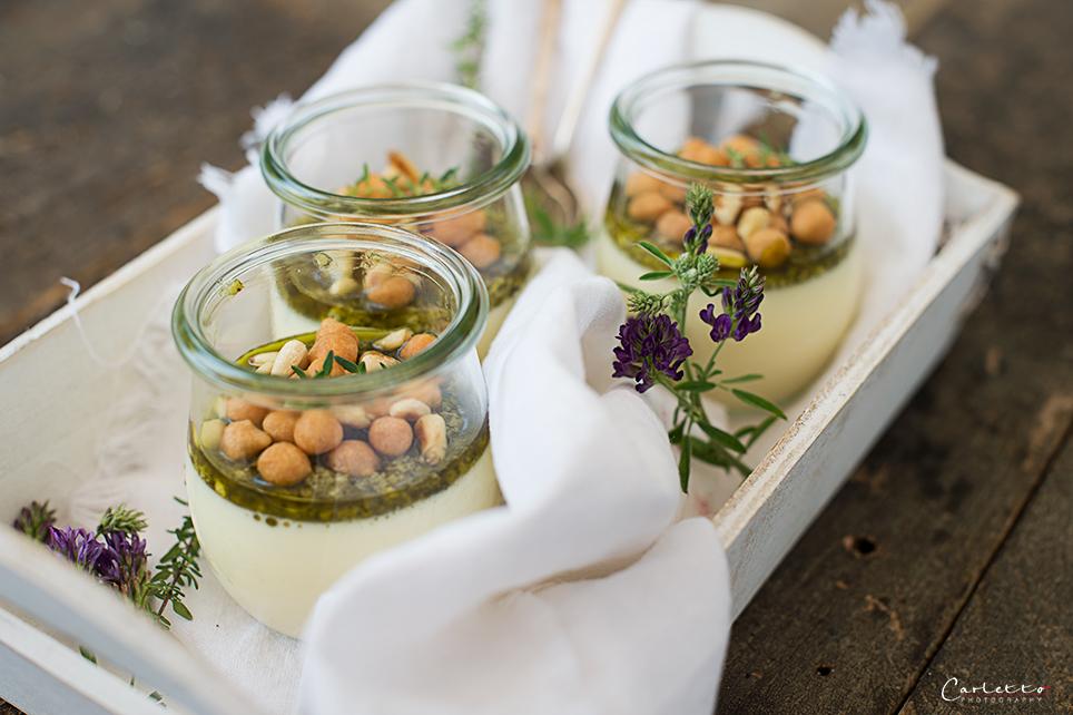 Parmesan Panna Cotta mit Basilikumpesto und Backerbsen