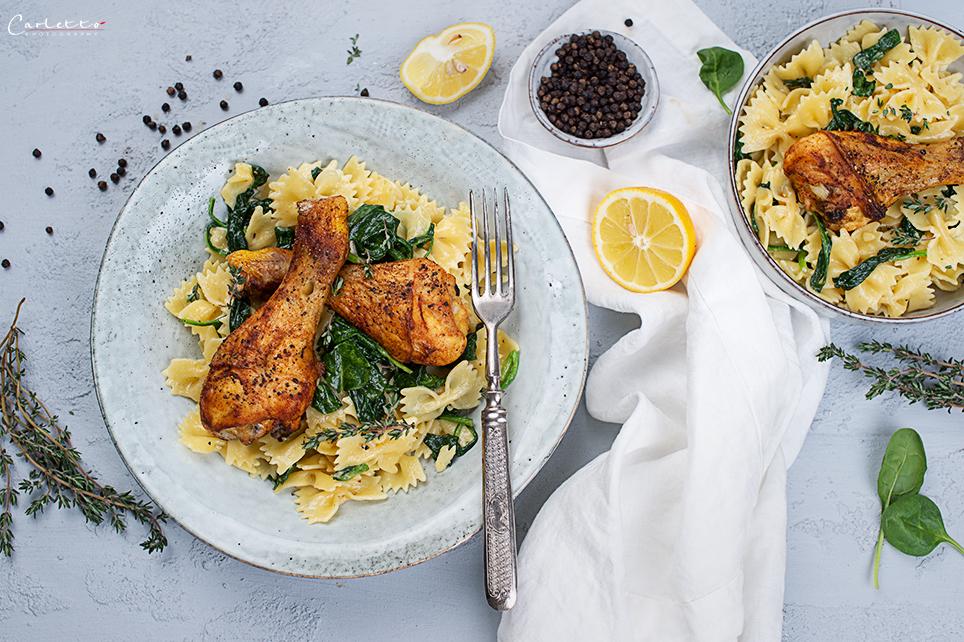 Nudelpfanne mit Hühnchen und Spinat