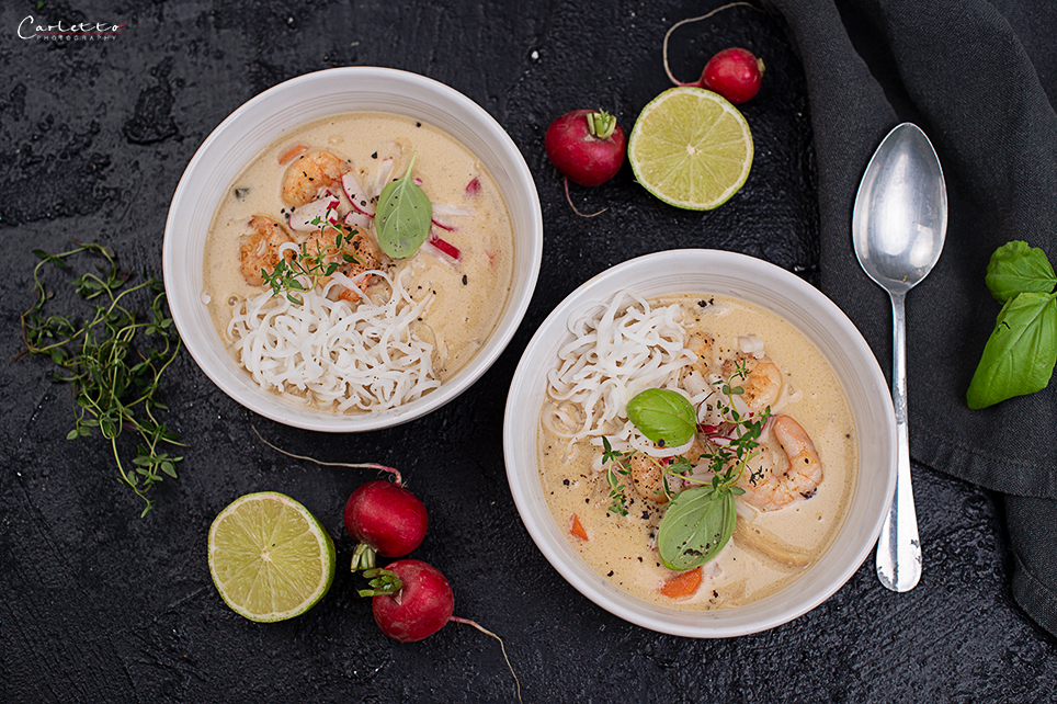 Asia Suppe Thai Style mit Garnelen und Radieschen