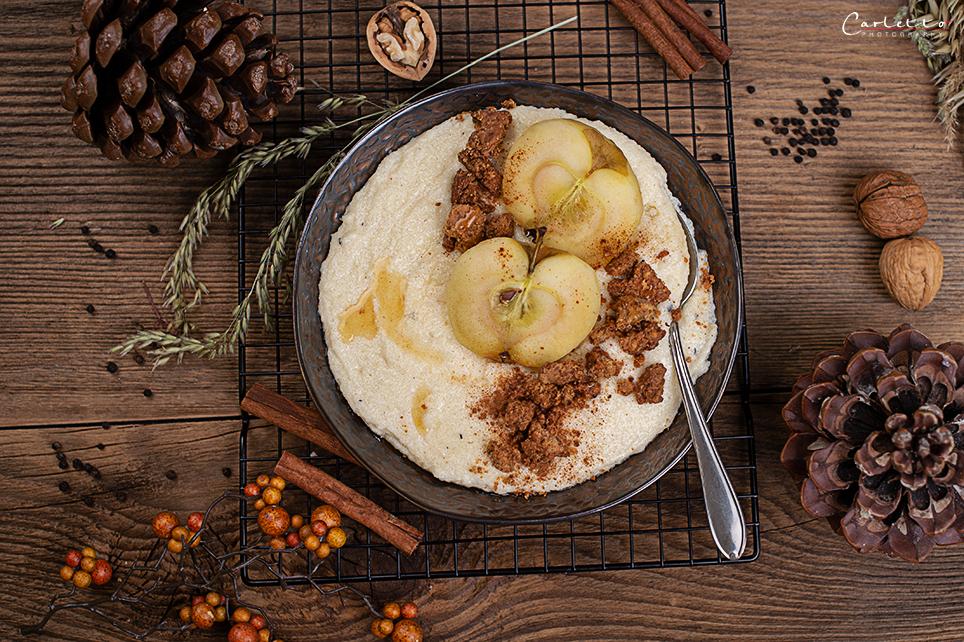 Grießbrei mit pochiertem Apel & Nusscrumble