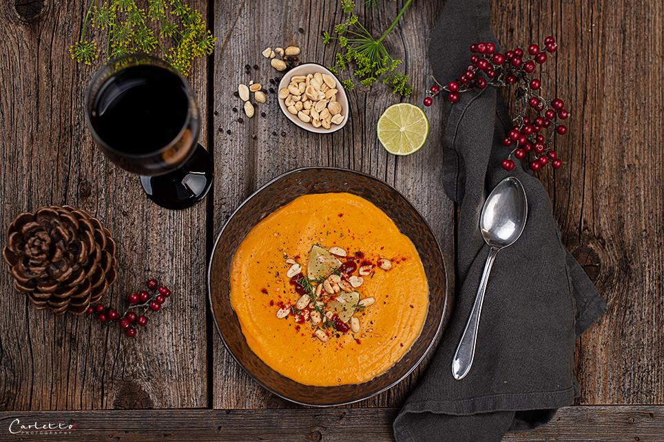 Cremige Thai Kokos Süsskartoffel Suppe Mit Sriracha und Limette